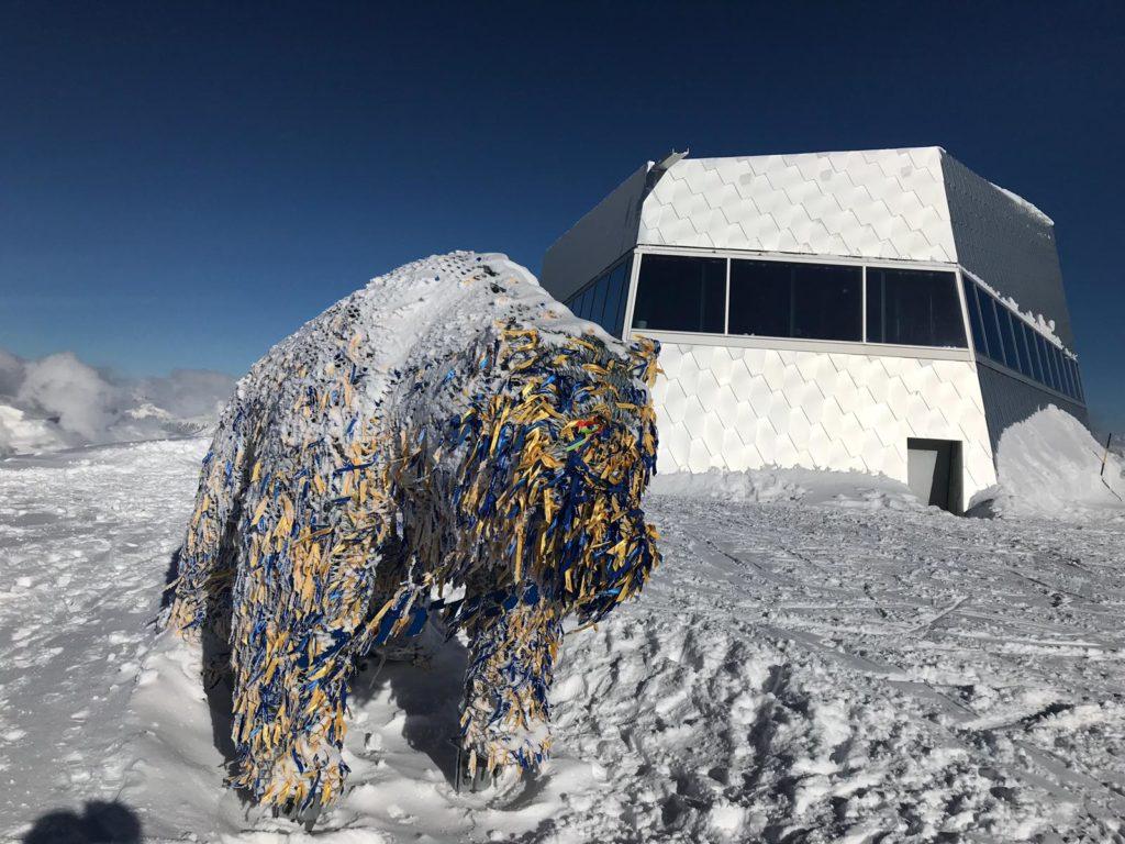 der frisch verschneite Wunschbändeli-Bär