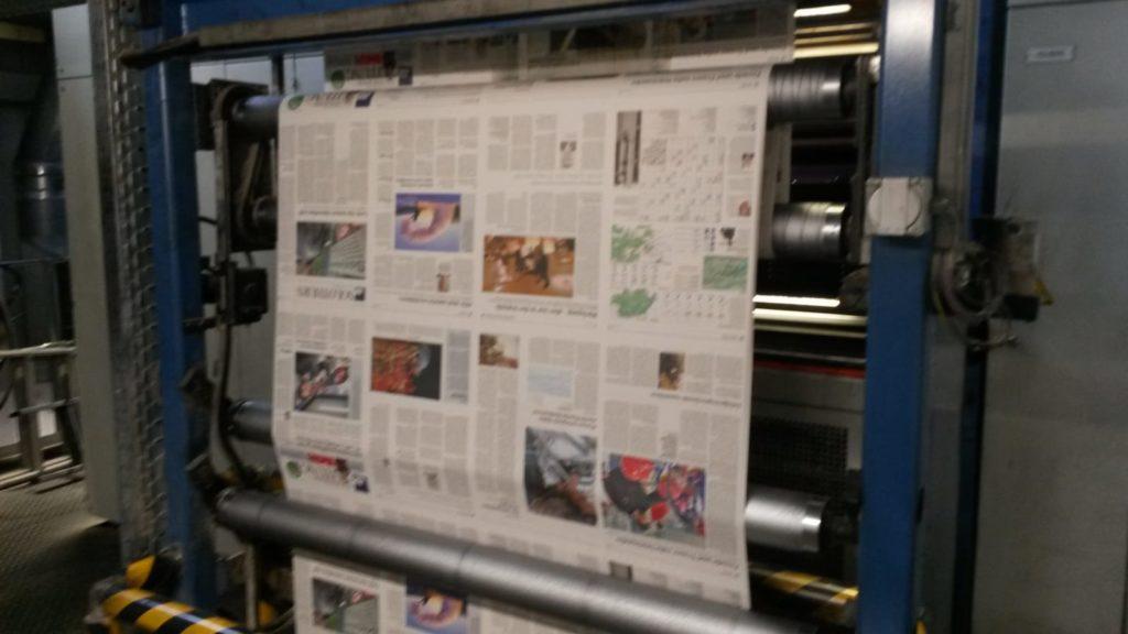bedrucke Zeitungen im Maschinen-Durchlauf