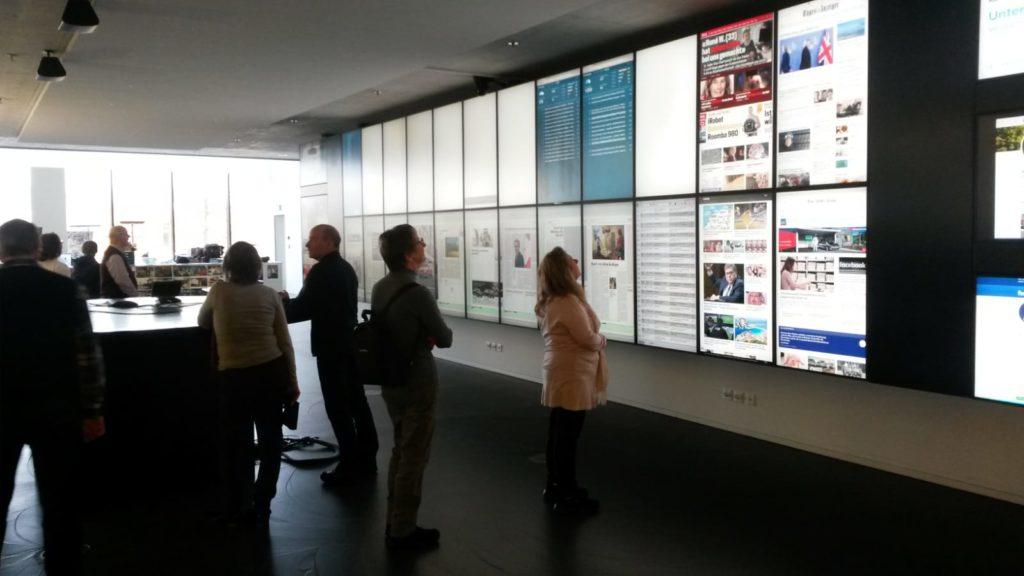 Die Wand der Online-Zeitungsbeiträge