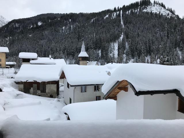 tief verschneites Dorf