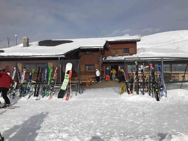 vor der Skihütte