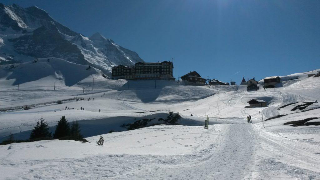 Es sind nur noch ein paar Höhenmeter bis zum altehrwürdigen Hotel Bellevue des Alpes