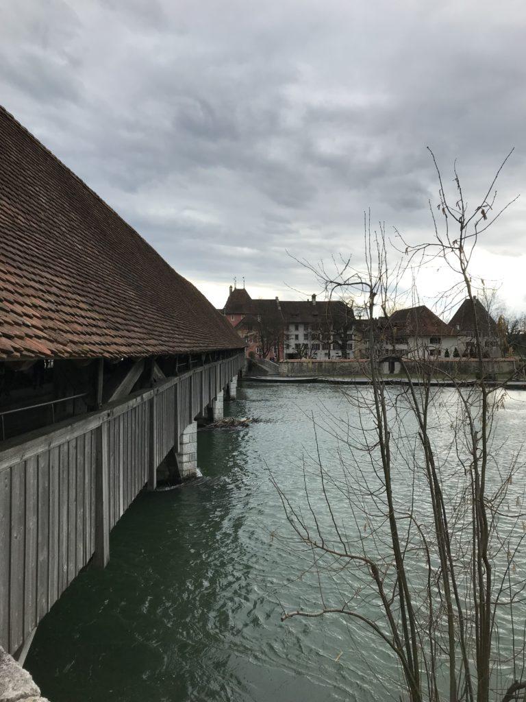 Wir steuern die alte Holzbrücke an.....