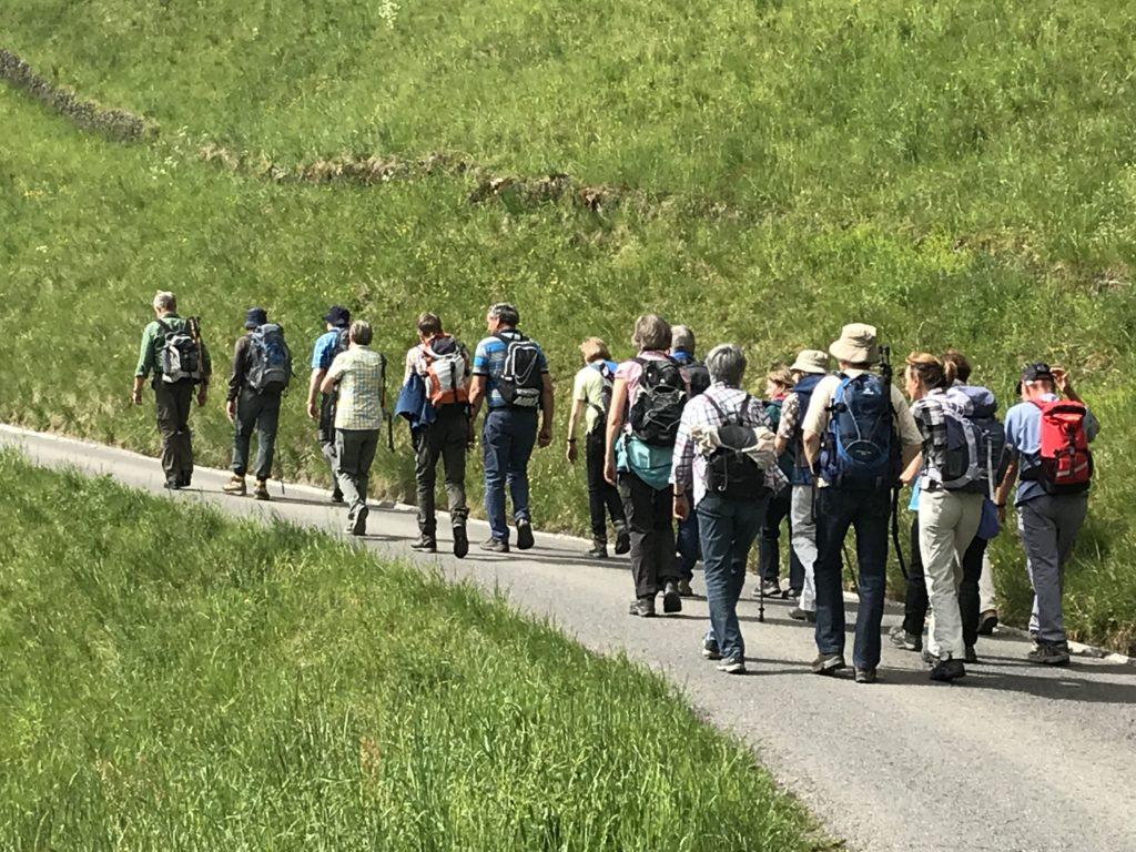 Die Gruppe unterwegs nach dem Motto: Das Wandern ist des Müllers Lust.....