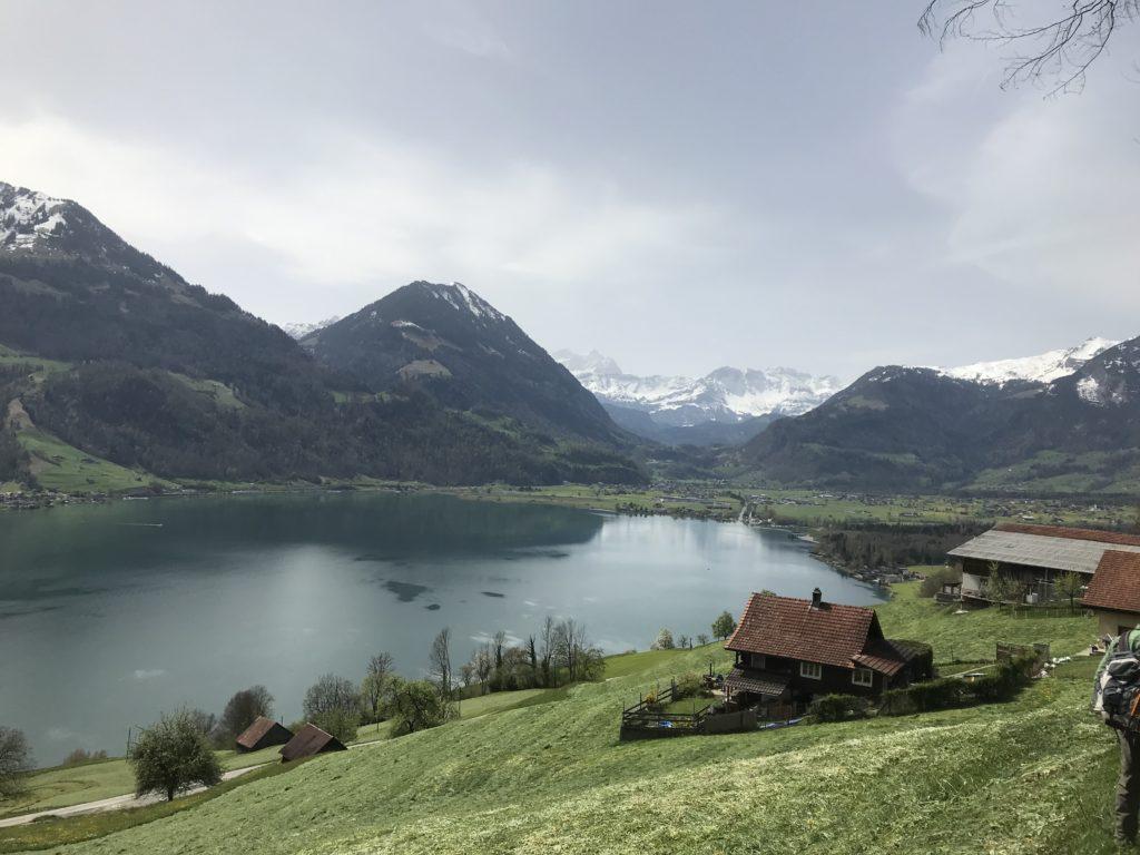 idyllischer Sarnersee mit Blick Richtung Giswil und Schneeberge