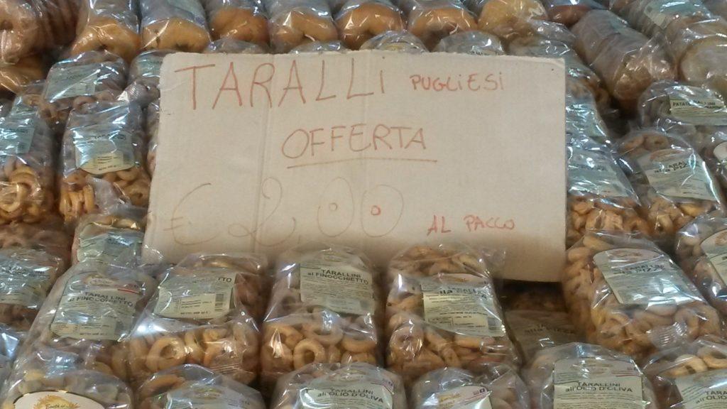Taralli pugliesi, verschiedene Geschmacksrichtungen dieser salzigen und süssen Snacks, die in der gesamten südlichen Hälfte der italienischen Halbinsel verbreitet sind.