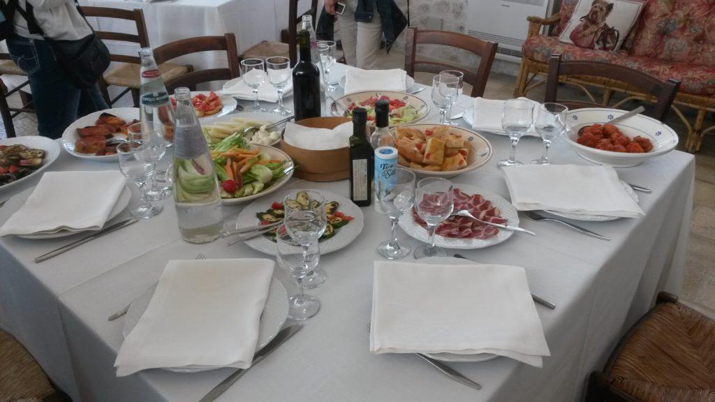 Masseria d'Aprile, reichhaltiger pranzo mit diversen regionalen Spezialitäten und natürlich mit frischgemachten Orecchiette