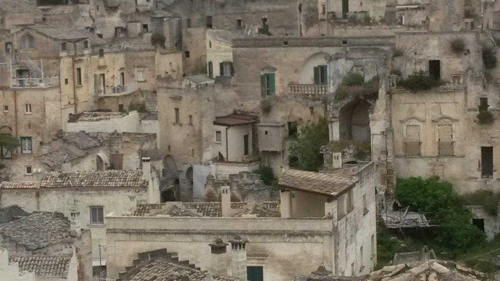 Matera, Stadt auf einem Felsvorsprung in der Region Basilikata; sie umfasst das Gebiet von Sassi, einen Komplex von Höhlenwohnungen, die in den Berghang gehauen sind.