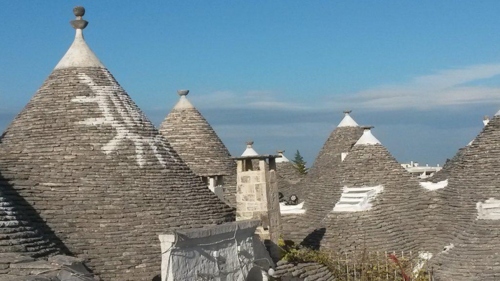 Alberobello, bekannt für seine weiss getünchten Trulli-Steinhütten mit konischen Dächern