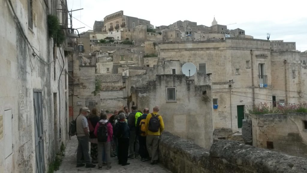Matera, das 1952 wegen schlechten Lebensbedingungen evakuierte Sassi beherbergt heute Museen wie die Casa Grotta di Vico Solitario mit antiken Möbeln und  Handwerksgeräten.