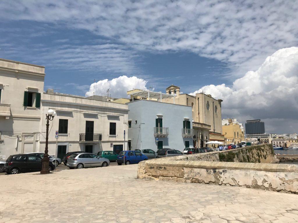 Gallipoli, Altstadt-Promenade; der Ort liegt am Golf von Tarent, wurde von griechischen Kolonisten als Kallipolis gegründet. Der griechische Name bedeutet SCHÖNE STADT. Die Altstadt liegt auf einer Felseninsel und ist durch eine Brücke mit der auf dem Festland gelegenen Neustadt verbunden.