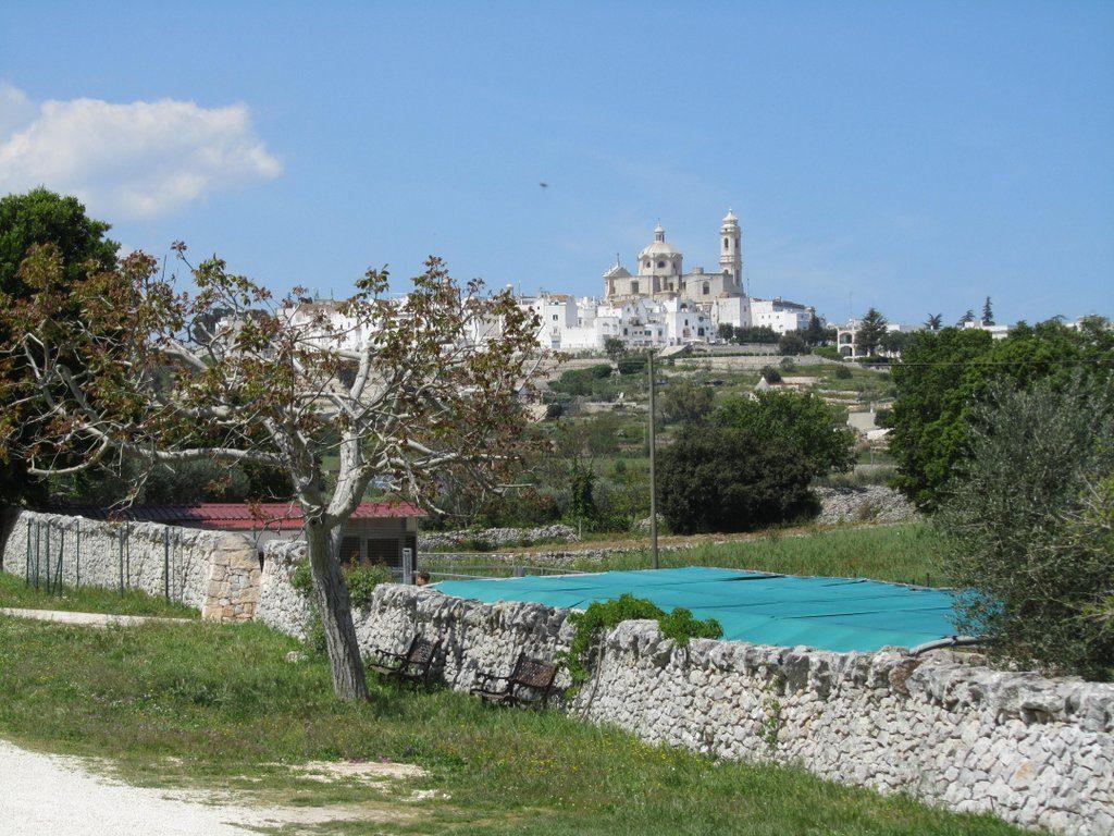Gutsbetrieb Masseria d'Aprile in Locorotondo mit Ort im Hintergrund