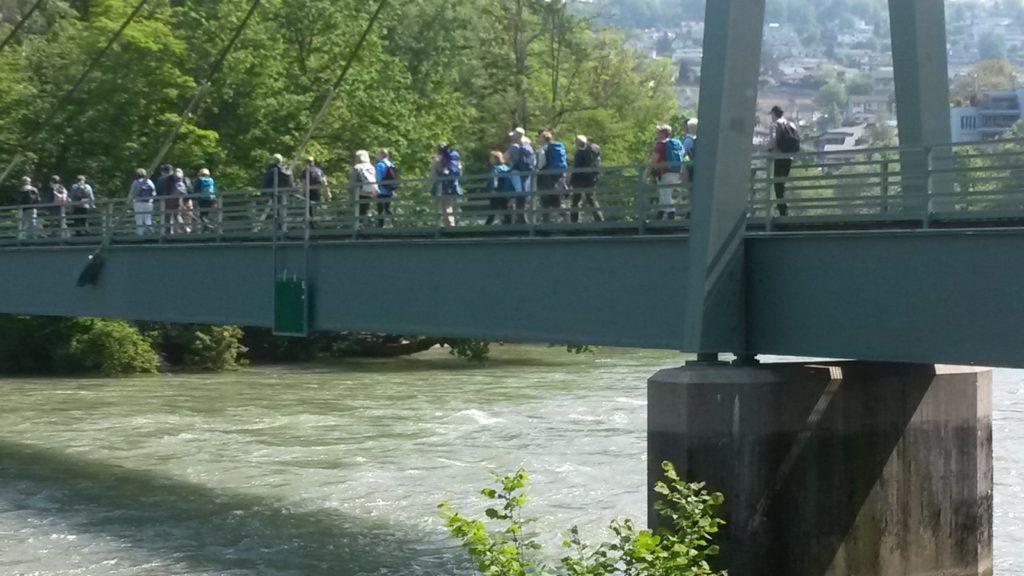 Die KARAWANE überquert die Reussbrücke bei Bremgarten AG