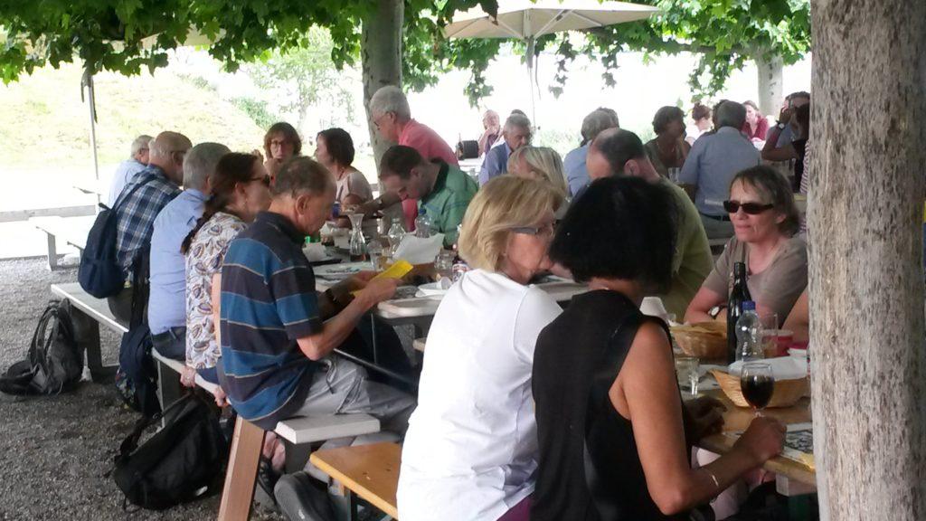 gemütliches Mittagessen im Garten der Inselwirtschaft HAUS ZU DEN ZWEI RABEN