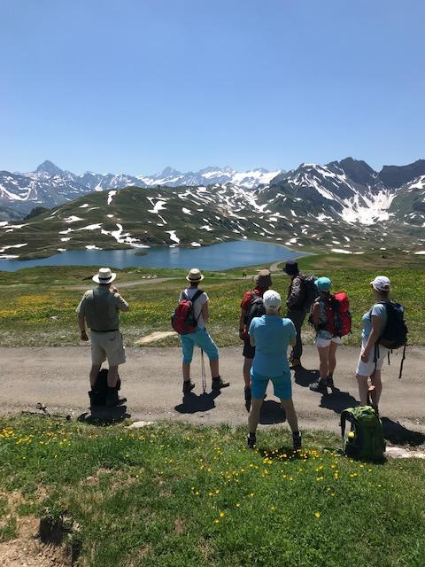 Die tüchtige Wandergruppe geniesst den traumhaften Ausblick.