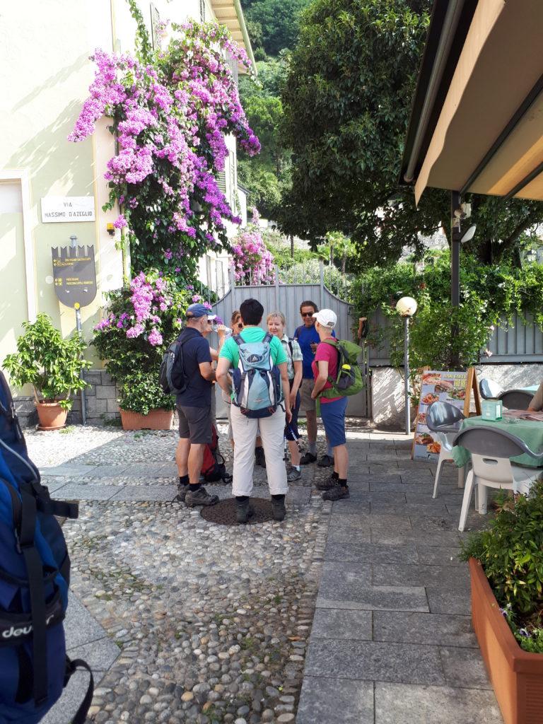 Cannero am Lago Maggiore - Die motivierte Wandergruppe beratet sich.