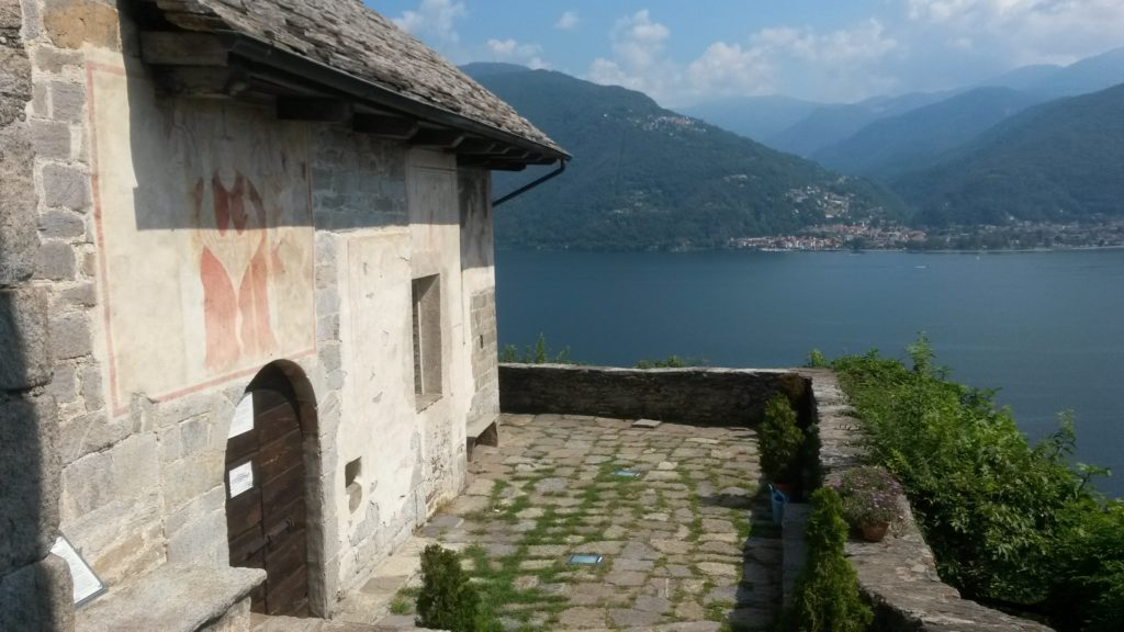Carmine Superiore - mittelalterlicher kleiner Ort mit Kirche SAN GOTTARDO aus dem 14. Jh. und herrlichem Blick auf den Lago Maggiore