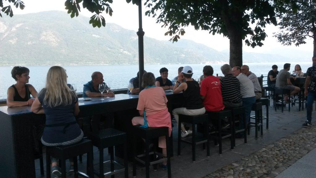 Uferpromenade Cannobio - Apérogenuss in der Bar DOLCE & CAFFÈ mit Blick auf den Lago Maggiore
