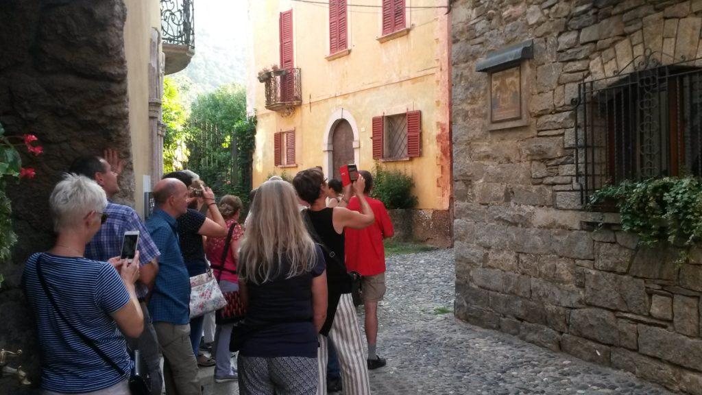 Ortskern Cannobio - Das Bild an der Hausmauer erinnert an das WUNDER VON CANNOBIO (Gemälde Leichnam Jesu, aus welchem, laut Legende, Blut und Tränen tropften in der Zeit zwischen 8.1. und 27.2.1522)