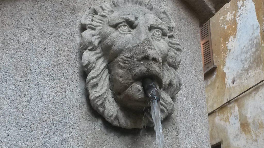 Ortskern Cannobio - Löwenkopf an Brunnensäule