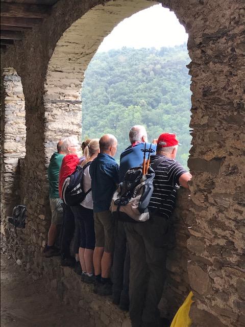 Wanderung von Maccagno nach Colmegna - bogenförmiger Aussichtspunkt auf den Lago Maggiore