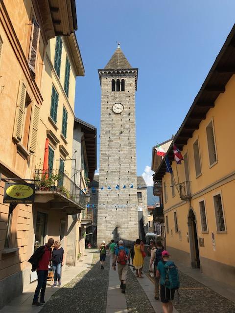 Cannobio - Einkaufsgasse mit Glockenturm der alten Kirche San Vittore