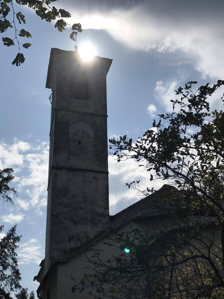 Blickfang - Die Sonne ruht sich auf dem Kirchturm aus.