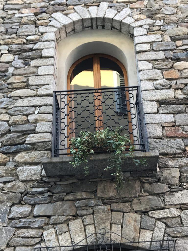 Blickfang - schöne Steinfassade mit Minibalkon
