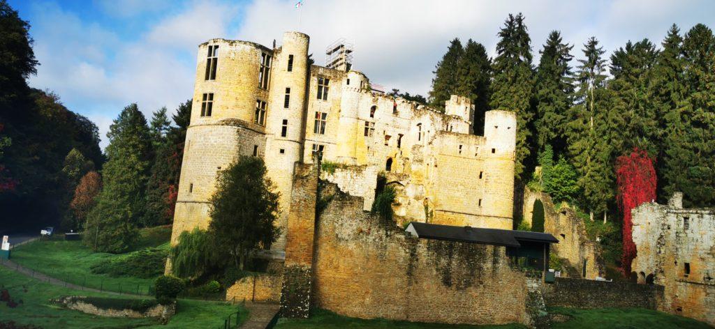 Auf dem Landausflug durchs Müllerthal: Burg Beaufort in Befort; diese steht ca. 5 km westlich des Ortskerns und etwa 35 Meter tiefer in einem Talgrund.