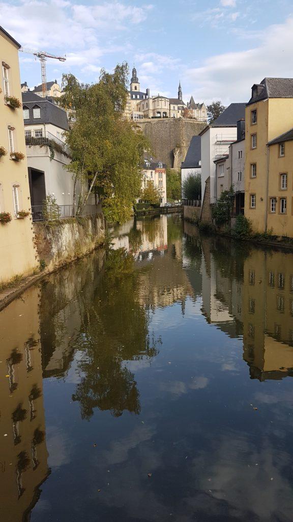 Das Altstadtquartier GRUND spiegelt sich in der Alzette