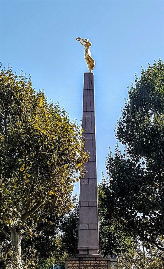 Das Monument du Souvenir (Gëlle Fra = goldene Frau) ist ein Denkmal auf dem Place de la Constitution am Rande der Luxemburger Altstadt und erinnert an die gefallenen Soldaten des 1. Weltkrieges.