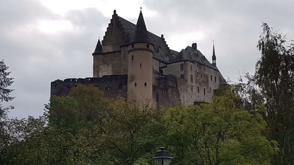 Erster Halt auf dem Landausflug: VIANDEN ist einer der wichtigsten Touristenorte Luxemburgs.  Das Schloss VIANDEN thront auf einem grünen Hügel in herrlicher Natur.