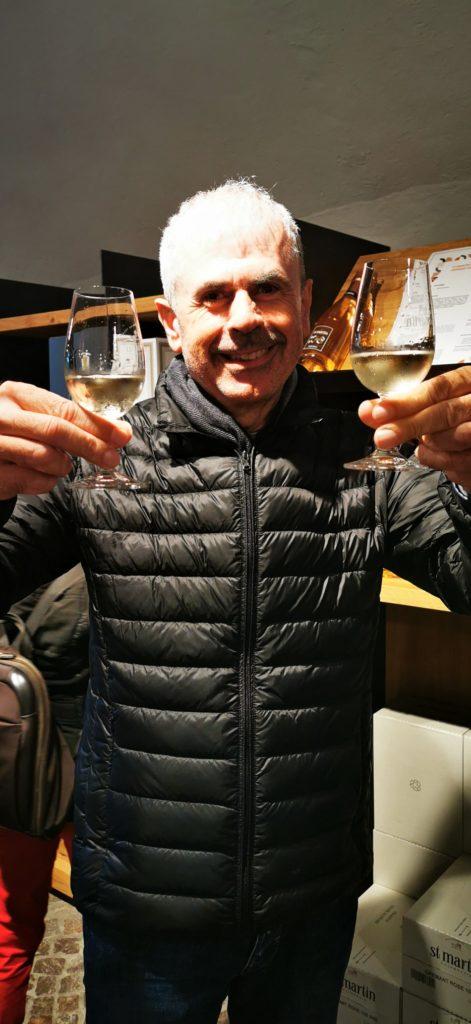Giorgio beim Degustieren von Crémant Brut und trockenem Riesling. Zum Wohl!
