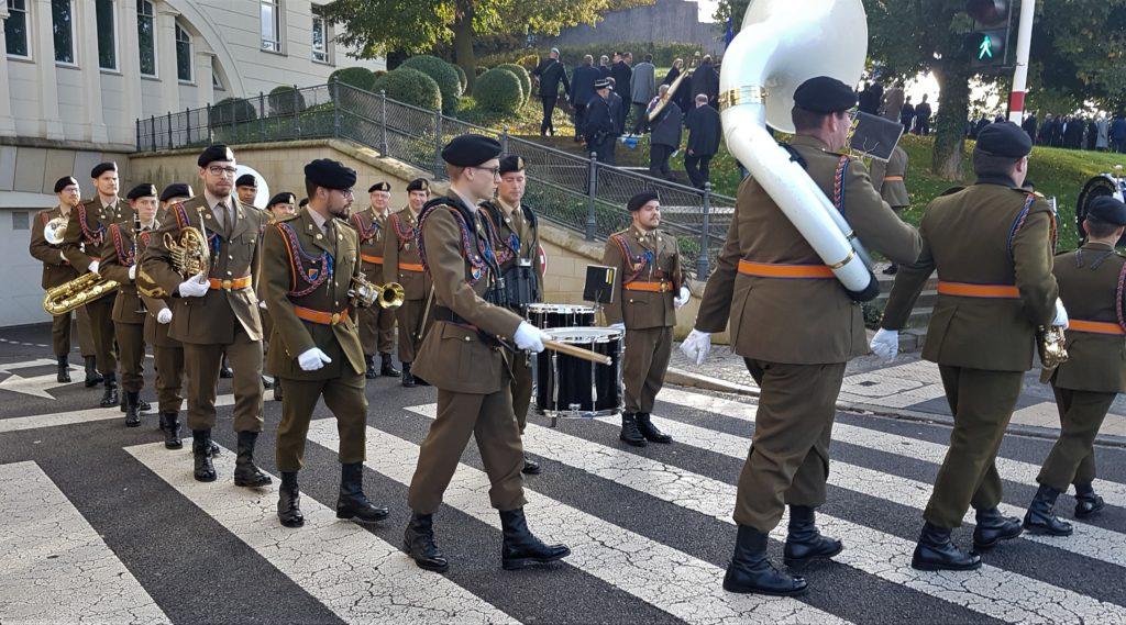 Militärparade mit Trommeln und Blasinstrumenten