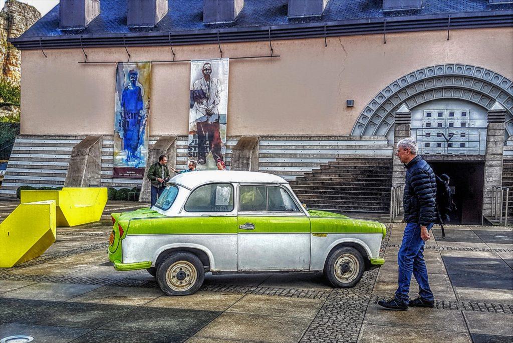 Kunst in der unteren Altstadt; PKW TRABI aus der ehemaligen DDR