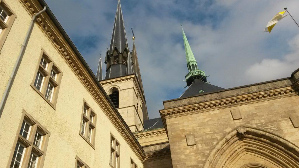 Türme der Kathedrale UNSERER LIEBEN FRAU des Erzbistums am Rande der oberen Altstadt
