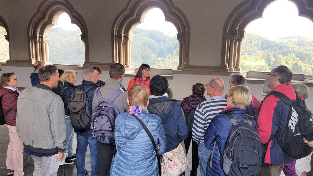Wir lauschen den Erklärungen unserer Gästeführerin zur Bysantinischen Galerie