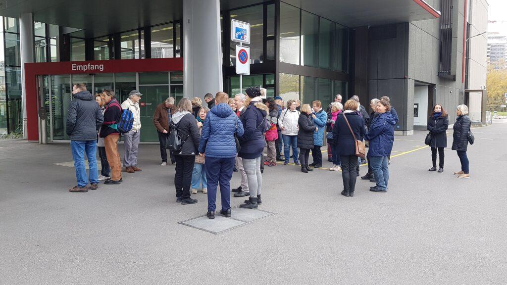 Die Gruppe wartet auf Einlass vor dem TPC-Eingang (Technisches Produktionscentrum).