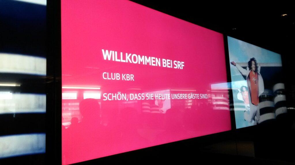 SRF begrüsst den Club kbr zum Start der Führung.