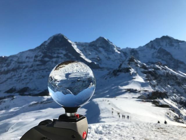 Die drei berühmtesten Berggipfel stehen Kopf beim Blick durch die Glaskugel.