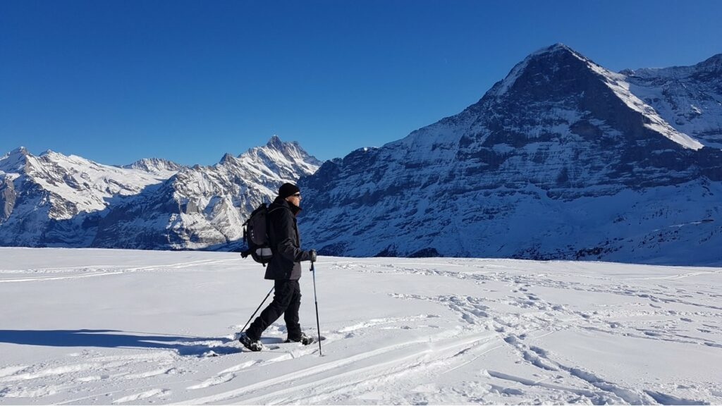 einsamer Schneeschuhläufer mit Nordwand-Kulisse