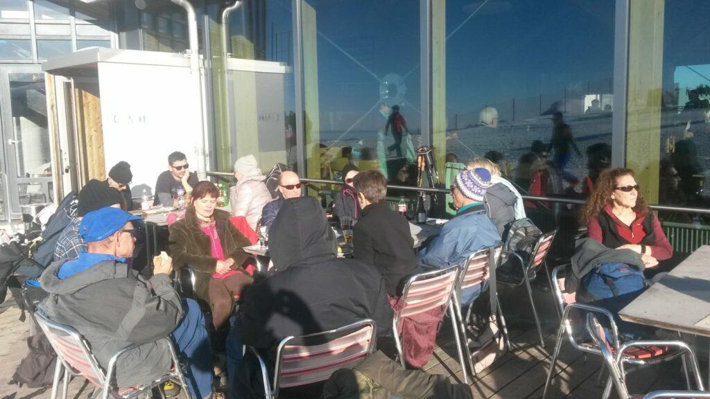 Einkehr auf der Sonnenterrasse des Bergrestaurants Männlichen