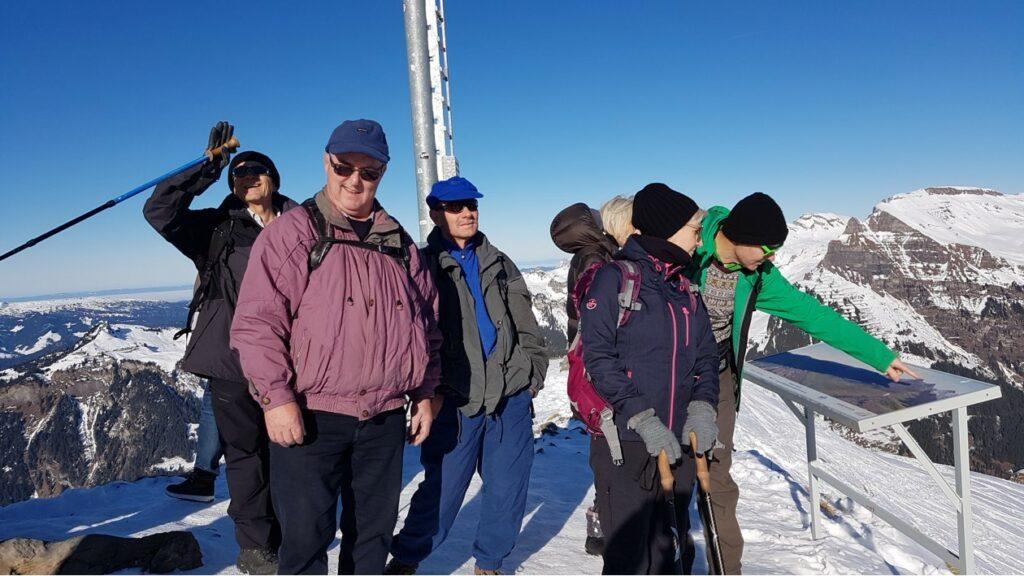 Studium des Alpenzeigers auf dem Männlichen-Gipfel