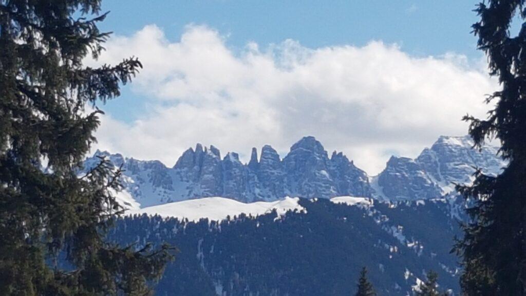 Aufstieg zur Rosskogel-Hütte mit Blick auf die zackigen Kalkkogel