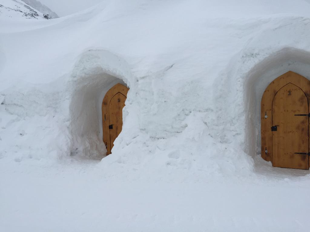 eingeschneites Iglu-Dorf