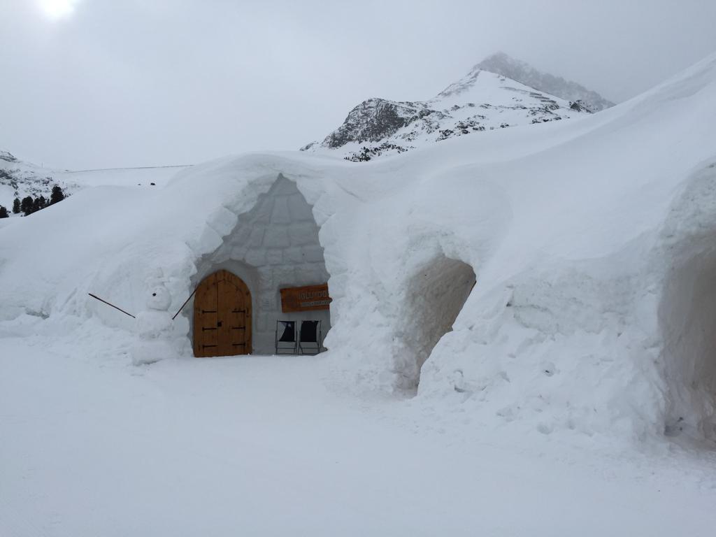 tief verschneites Iglu-Dorf in Kühtai