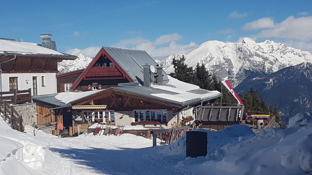 urchige Rosskogel-Hütte bei Oberperfuss