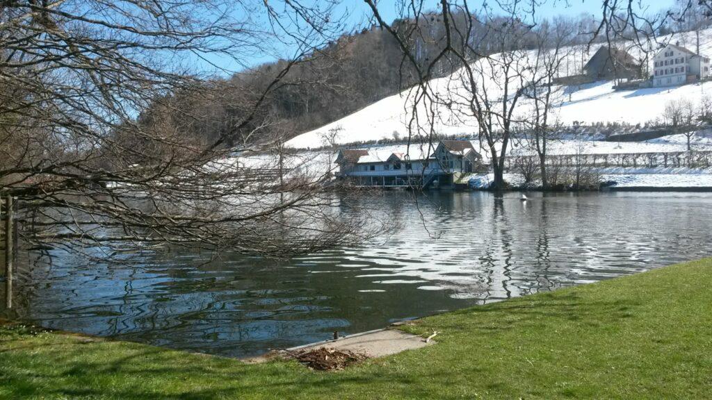 St. Gallen: Wasser-/Lichtspiel am MANNÄ-WEIER in St. Georgen im Übergang vom Winter in den Frühling - 01.04.2020