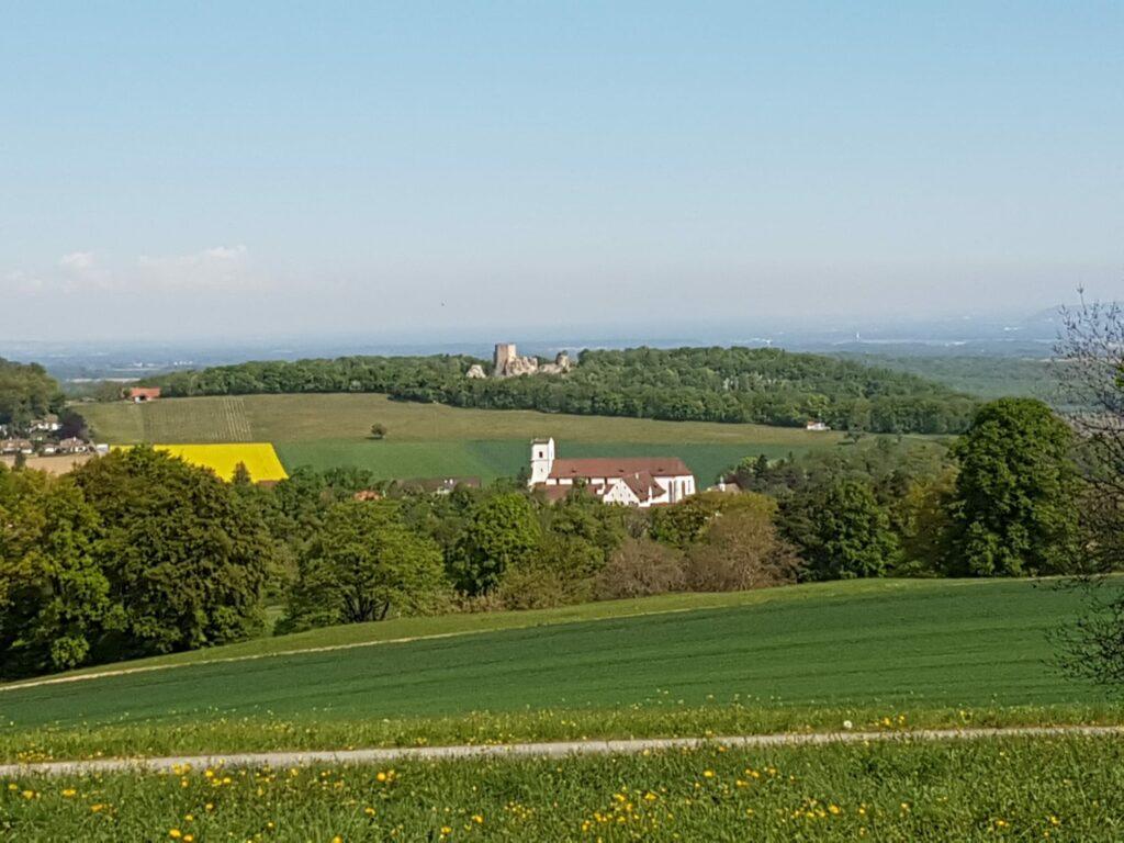 Blick Richtung Kloster Mariastein, im Hintergrund die Ruine der Burg Landskron in der Gemeinde Leymen im Oberelsass - 19.04.2020