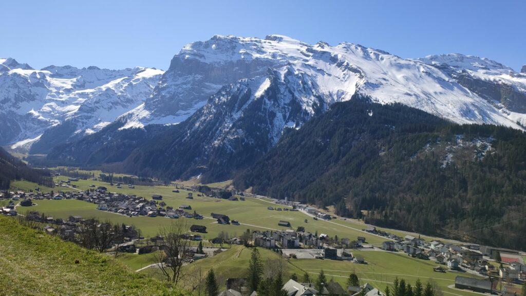Das Dorf Engelberg mit Blick zum 3238 m hohen Titlis - 05.04.2020